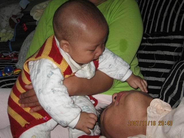 中国可爱小孩接吻
